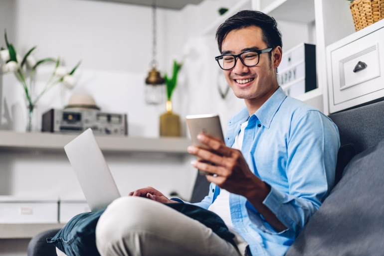 Man enjoying great user experience because of best practices for SEO in Japanese