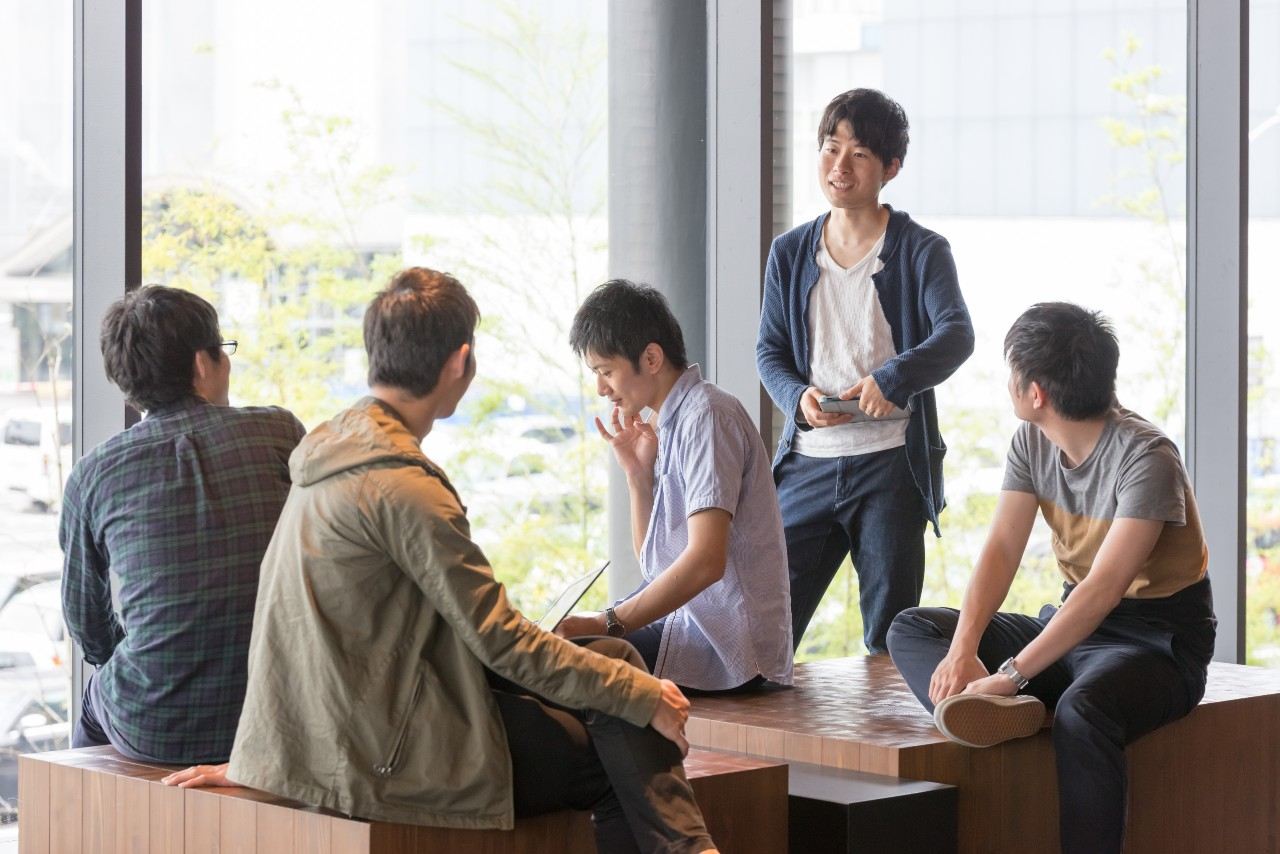 Japanese marketing team collaborating across departments for online advertising in Japan