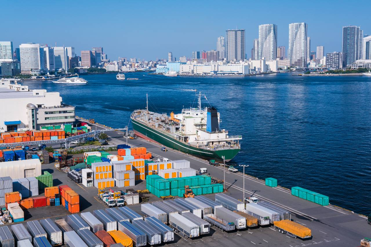 Photograph of Tokyo port and shipping containers used for logistics in Japan